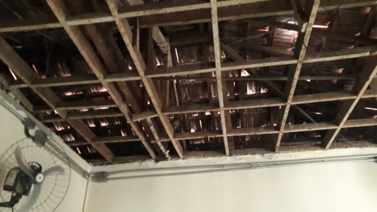 Parte do teto do CTA Guaianases que desabou, interditando o local